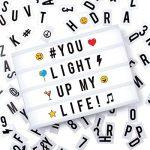 Cosi Home™ - Boîte cinématique lumineuse format A3 avec 100 lettres, émoticônes, smileys et symboles - personnalisez votre message - Piles et alimentation USB de la marque The Body Source image 1 produit