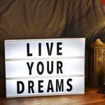 Gadgy ® Boite Lumineuse Cinéma LightBox A4 | 96 Lettres, Chiffres, Symboles Noirs incl | 30 x 22 x 4,5 cm | Alimentation par Piles avec Connexion pour Adaptateur | Enseigne Lumineuse Vintage LED de la marque Gadgy image 2 produit