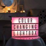 Gadgy ® Cinema LightBox Changement Couleur A4 avec Adaptateur | Special Vintage Boite Cinematographique | Enseigne Lumineuse LED avec 85 Lettres et Symbolos Emoji Chiffres | 30x 22x5,5 cm. Piles ou Electricite de la marque Gadgy image 2 produit