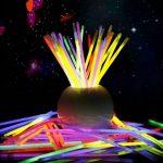 HHD® Lot de 50 Bâtons lumineux fluorescents, Glowsticks, Fluos Lumineux! Bracelets fluorescents lumineux, 5 couleurs différentes avec connecteur ! Couleurs tendance! 200mm x 6mm. Idéal pour le fête! de la marque HHD image 1 produit